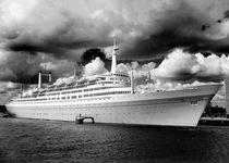 SS Rotterdam by Thomas van der Willik