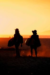 Surfer im Sonnenuntergang am Strand by Julia  Berger