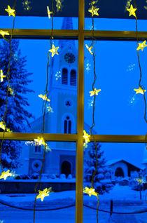 Weihnachten - gelbe Sterne blaue Stunde - Kirche Riezlern Kleinwalsertal von Matthias Hauser
