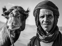 Camel Man - Black & White Portrait von Russell Bevan Photography