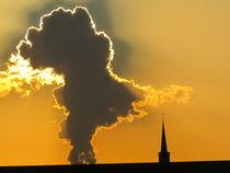 wolkenkorona neben einer kirche by elfriede zitas