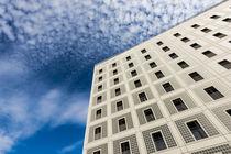 Fassade Stadtbibliothek Stuttgart und blauer Himmel - moderne Architektur von Matthias Hauser