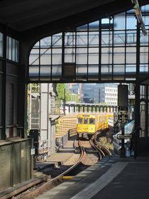 the subway comes 1 - die U-Bahn kommt 1 by Ralf Rosendahl