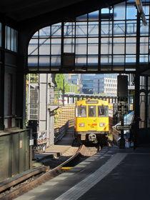 the subway comes 2- die U-Bahn kommt 2 by Ralf Rosendahl