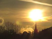 sonne berührt kirchturmspitze by elfriede zitas