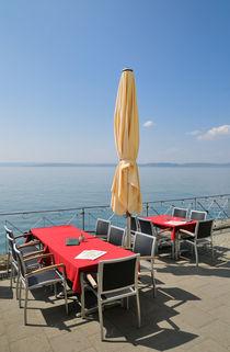 Tische am Wasser - Uferpromenade Meersburg am Bodensee von Matthias Hauser