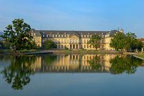 Neues Schloss Stuttgart - Spiegelung im Wasser von Matthias Hauser