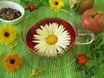 Früchtetee mit Ringelblumenblüten, Hagebutten und Äpfeln von Heike Rau