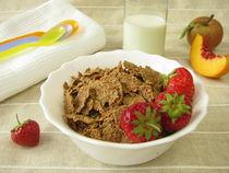 Kinderfrühstück mit Dinkel-Flakes, Milch und Obst  von Heike Rau
