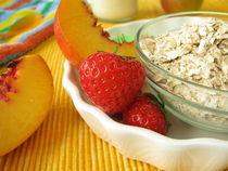 Frühstück für Kinder mit Müslizutaten und Milch von Heike Rau