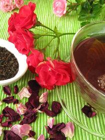 Schwarztee mit Rosenblüten von Heike Rau