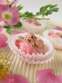 Seifenpralinen mit Wildrosenblüten by Heike Rau