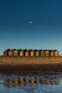 Moon over Blyth beach huts. von Mark Aynsley
