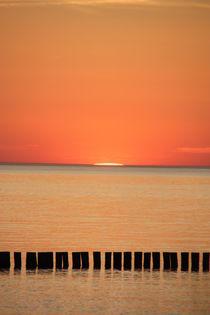 glühender Sonnenuntergang am Meer von Edeltraut K.  Schlichting