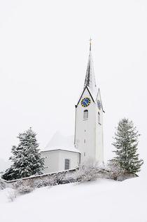 Kirche mit Schnee im Winter - Kleinwalsertal von Matthias Hauser