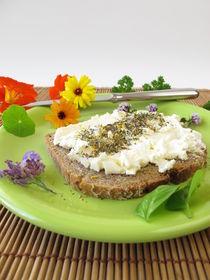 Brot mit Gewürz-Blüten Kräuterquark von Heike Rau