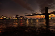 Dusk over Brooklyn Bridge von Rob Hawkins