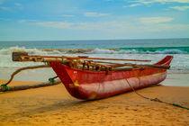 Ein roter Katamaran am Strand von Hikkaduwa von Gina Koch