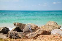 Felsen vor dem leuchtendblauen Indischen Ozean von Gina Koch