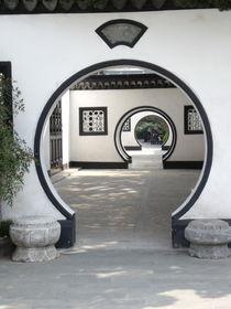 Blick durch runde Türen von Jenny Pfau