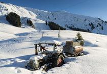 Alter Traktor im Winter bei viel Schnee von Matthias Hauser