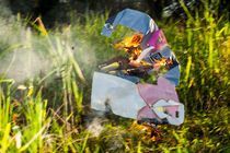 Chinese funeral paper cloths on fire von Chris Christidis