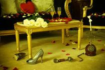 Gorgeous hotel room prepared for celebration von Olha Shtepa