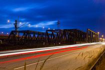 Brücke mit Verkehr zur Blauen Stunde  von kunertus