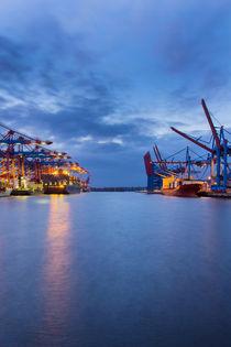 Hafenbecken am Containerterminal  von kunertus