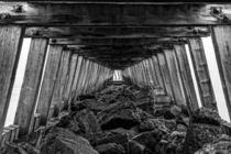 Under the pier. von Mark Aynsley