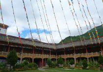 Flaggen im Kloster von reisemonster