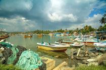 Boote im Hafen von Mirissa auf der tropischen Insel Sri Lanka von Gina Koch