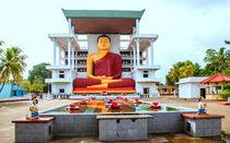 Der große sitzende Buddha in Matara auf der Tropeninsel Sri Lanka von Gina Koch
