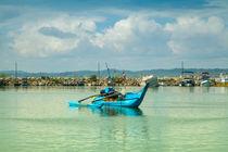 Blauer Katamaran im Hafen by Gina Koch