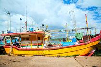 Boote im Hafen von Mirissa auf der tropischen Insel Sri Lanka by Gina Koch