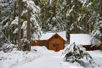 USA, WASHINGTON STATE, CRYSTAL MOUNTAIN AREA NEAR MT. RAINIER, CABIN IN WINTER hideaways (Wolfgang Kaehler) von Wolfgang Kaehler