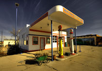 The Old gas station, Williams  von Rob Hawkins