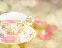 Teacup and rose petals von Marlene Ford
