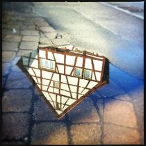 Fachwerkhaus spiegelt sich im Wasser von Matthias Hauser