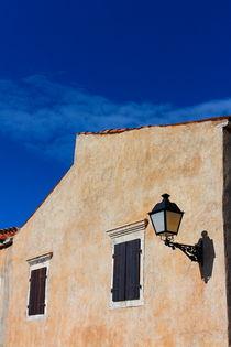 Windows and lantern on the orange house.  von Gordan Bakovic