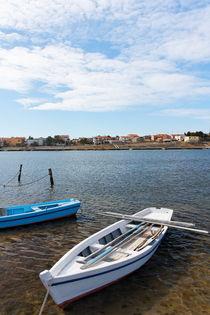 A white fishing boat anchored. von Gordan Bakovic