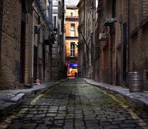 Looking down a long dark back alley von illu