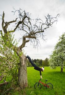Ungewöhnliche Aufwärmübung - Monika Hinz am Baum von Matthias Hauser