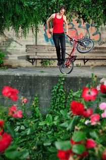 Mühelos und elegant - Monika Hinz fährt BMX Flatland von Matthias Hauser