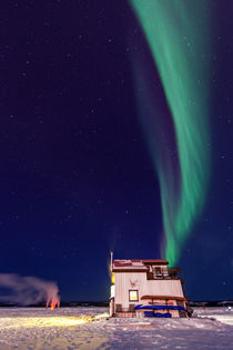 Northern Lights and house boat on Great Slave Lake, Yellowknife. von Vincent Demers