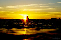 a surfer looking into the sunset von surfexpressions