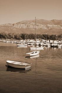 Small boats anchored. von Gordan Bakovic