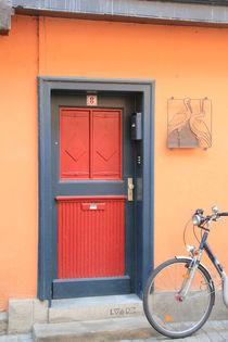 Haustür mit Fahrrad von Silke Bicker
