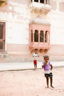 Begging kids in Amritsar, India. von Tom Hanslien