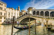 Gondola at the Rialto bridge in Venice von Michael Abid